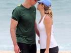 Tande troca carinhos com namorada em dia de praia no Rio de Janeiro
