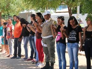 Amigos fizeram uma oração no local da vilência (Foto: Amanda Franco/ G1)