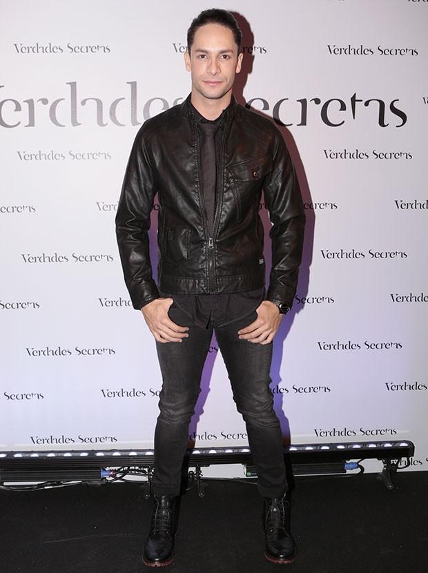 No estilo rock´n´roll, Rainer Cadete investiu na jaqueta de couro e no coturno (Foto: Felipe Monteiro / Gshow)