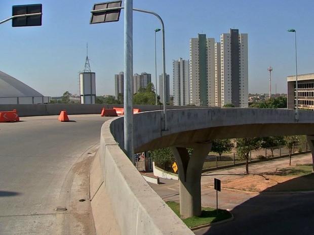 Viaduto da Sefaz não chegou a ser usado por mais de seis meses no trânsito de Cuiabá após liberação. (Foto: Reprodução / TVCA)