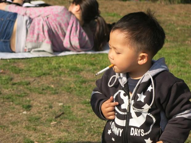 Jornalista afirmou que mulher 'ria' ao ver criança fumando cigarro (Foto: Hart Hagerty/Shangai Style File)