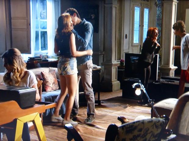 Percebendo que ninguém ia dar atenção, Ben puxa Anita e a beija na frente de todo mundo