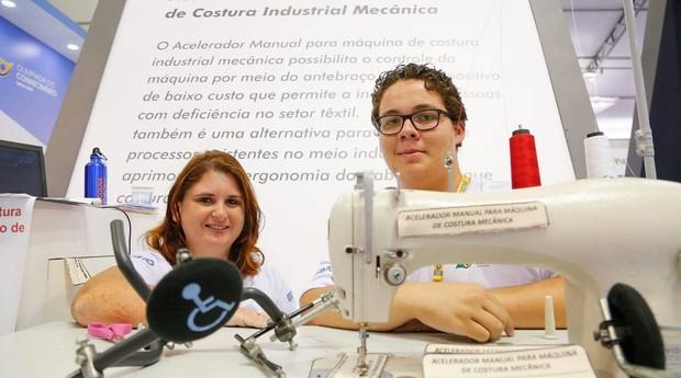 Vanessa de Albuquerque e Charles Morais de Sousa, criadores da máquina de costura para deficientes (Foto: Divulgação)