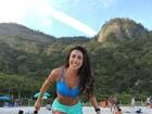 Jaque Khury mostra pernas saradas em dia de praia no Rio