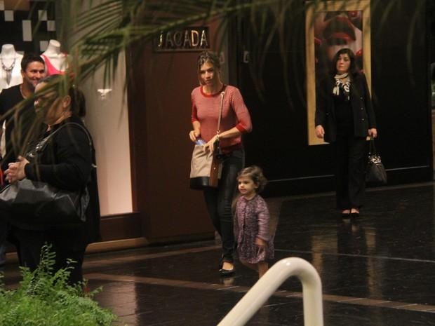 Grazi Massafera com a filha em shopping no Rio (Foto: Daniel Delmiro/ Ag. News)