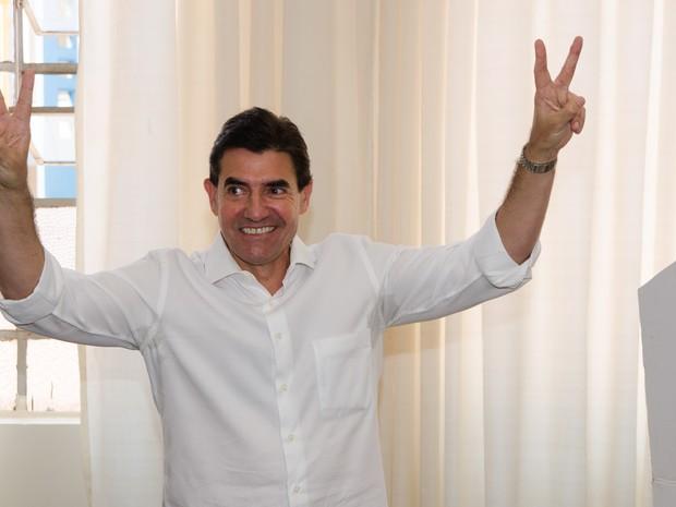 O candidato a prefeito de Ribeirão Preto, Duarte Nogueira (PSDB), vota no Colégio Marista na manhã deste domingo (2) (Foto: Érico Andrade/G1)