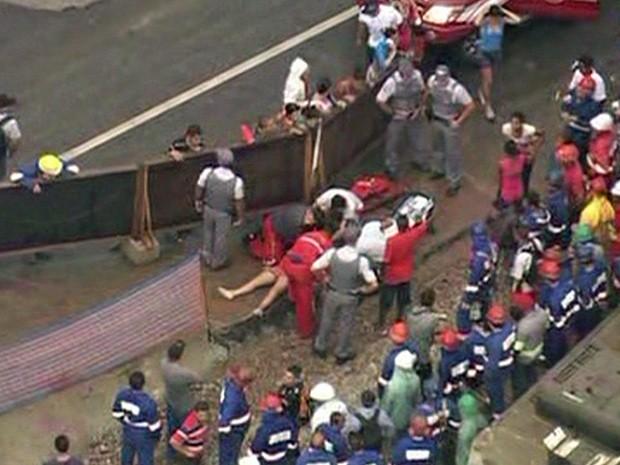 Paramédicos tentaram reanimar grávida com massagem cardíaca após ela ter sido retirada do córrego  (Foto: Reprodução/TV Globo)