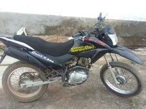 Moto apreendida pela PM, após ação suspeita de autor (Foto: Polícia Militar/Divulgação)