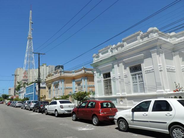 Casas centenárias da Rua Capitão Lima são os mais preservados entre as construções que resistem em meio aos novos prédios (Foto: Marina Barbosa / G1)
