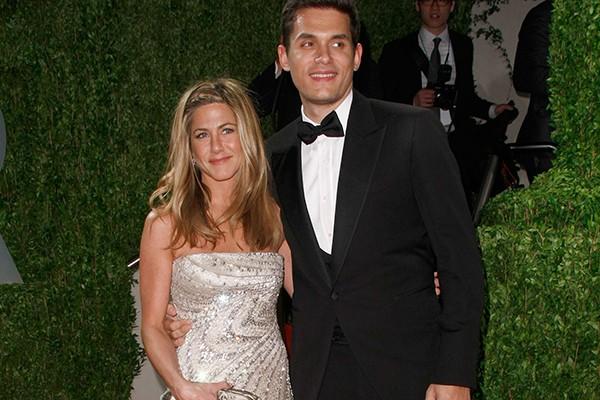 Mais um caso de amor à primeira vista: a atriz Jennifer Aniston e o cantor John Mayer se conheceram durante uma festa em 2008 e não se desgrudaram pelo resto daquele ano. A polêmica foi o fato de Aniston ser oito anos mais velha do que Mayer. Os dois se separaram em 2009 e hoje a atriz está noiva de um homem apenas dois anos mais novo do que ela. (Foto: Getty Images)