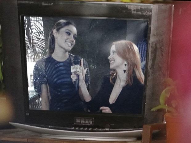 Amora dá entrevista para Lara (Foto: Sangue Bom / TV Globo)