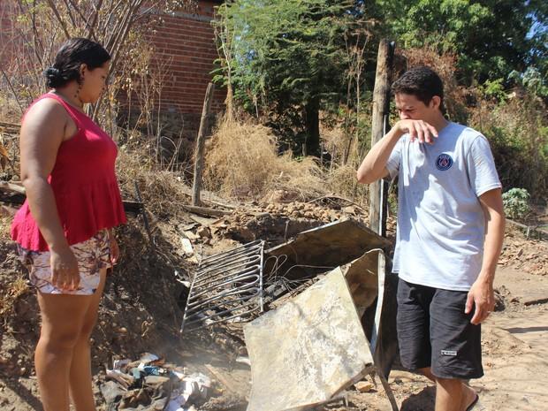 Após incêndio, família vive da solidariedade dos vizinhos (Foto: Fernando Brito/G1)