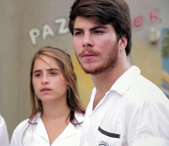 Camila e Henrique não acreditam no que ouvem (Foto: Gshow)