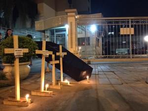 Grupo colocou caixão e cruzes em frente a casa de governador (Foto: Jefferson Botega/Agencia RBS)