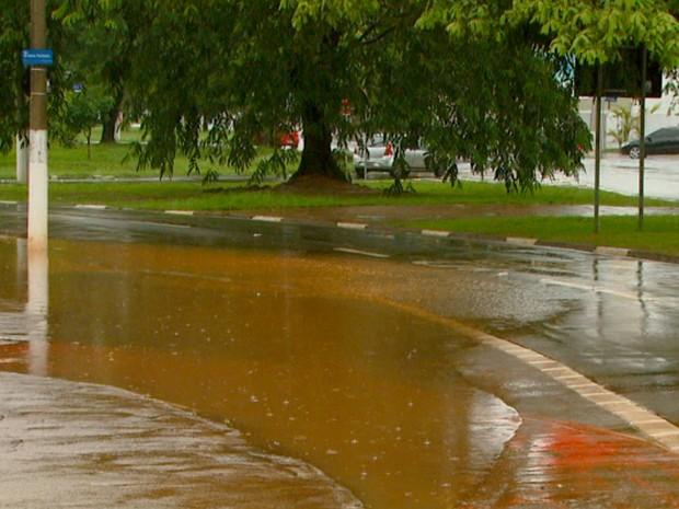 Na manhã desta segunda-feira (28) volume de água nas ruas era menor em Campinas  (Foto: Reprodução/EPTV)
