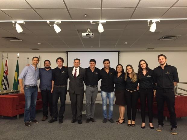 Sócios e equipe do Diaríssima durante o lançamento oficial do aplicativo na noite desta quarta-feira, 6 (Foto: Divulgação)