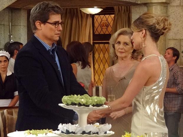 Antes da briga, Juliana agrace Felipe por ter ido ao noivado (Foto: Guerra dos Sexos / TV Globo)