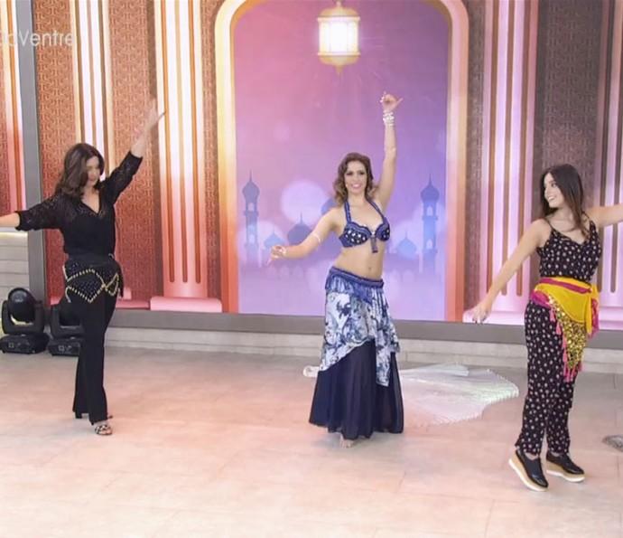 Fátima e Giovanna Lancellotti aprendem dança do ventre (Foto: TV Globo)