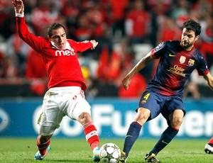 Bruno Cesar e Fabregas, Barcelona x Benfica (Foto: Agência Reuters)