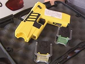 Policiais militares tiveram que usar uma arma de choque para deter o agressor.  (Foto: reprodução/TV Tem)