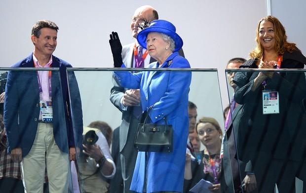 Rainha Elizabeth II na torcida de natação em Londres (Foto: AFP)