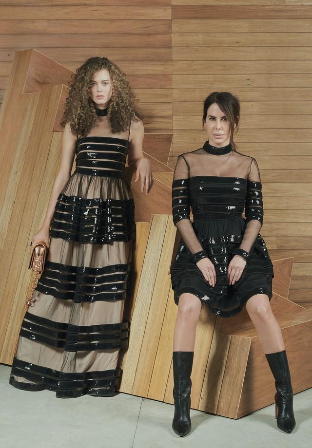 Ana Paula Junqueira usa vestido de tule e paetês (R$ 5.000) e Nathalia usa vestido de tule e paetês (R$ 11.993) e bolsa de couro metalizado (R$ 2.171). (Foto: Hickduarte / Set Design: Mangaba)