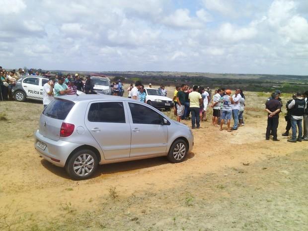Carro estava em uma granja que pertence ao próprio Renato, no sítio Guariba, zona rural de Goianinha  (Foto: Julianne Barreto/Inter TV Cabugi)