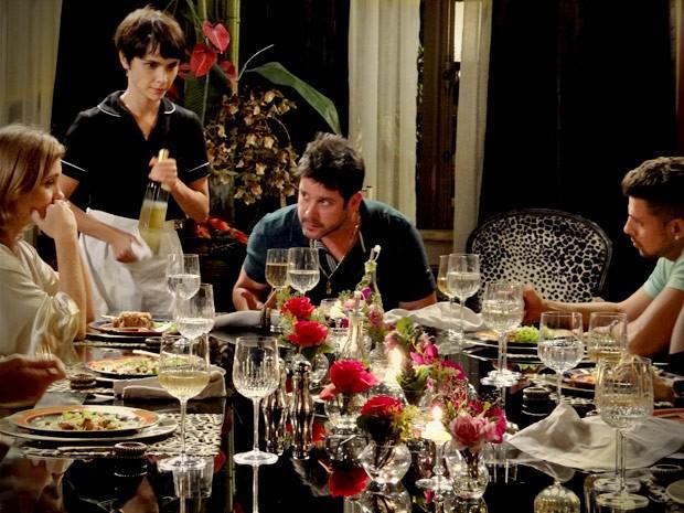 Jorginho concorda com a mãe e defende sua ideia (Foto: Avenida Brasil/TV Globo)