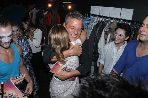 Chico Buarque dá abraço apertado em Letícia Colin (Foto: Divulgação Minas Ideias)