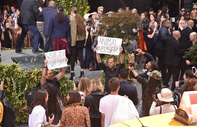 Protestos contra Olivia Palermo em NY (Foto: Reprodução/WWD)