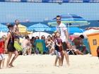 Fernanda Lima e Rodrigo Hilbert curtem tarde em família na praia