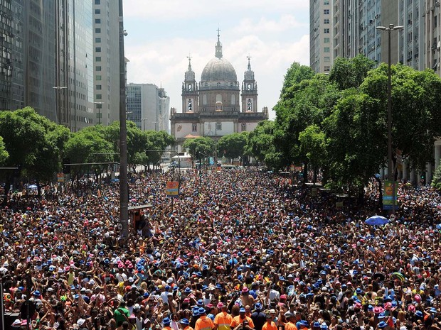 Avenida Presidente Vargas, no Centro, é tomada por foliões que curtem o Bloco da Preta. (Foto: Alexandre Durão/G1)