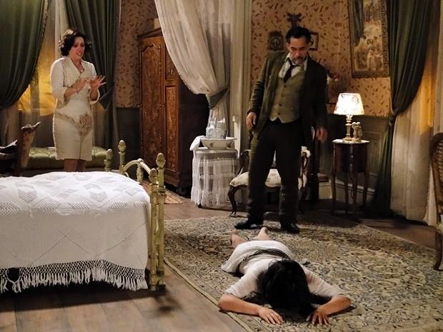 Melk joga Malvina no chão (Foto: Gabriela / TV Globo)