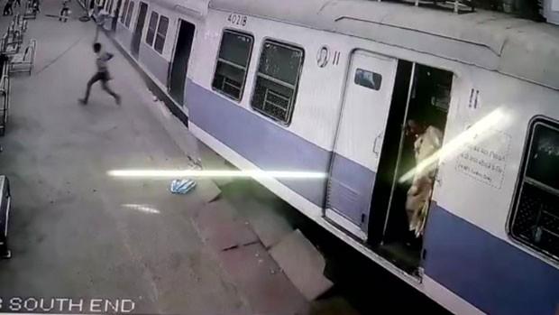 Um trem de passageiros bateu contra uma barreira e atingiu a plataforma de uma estação na cidade indiana de Mumbai (Foto: BBC)