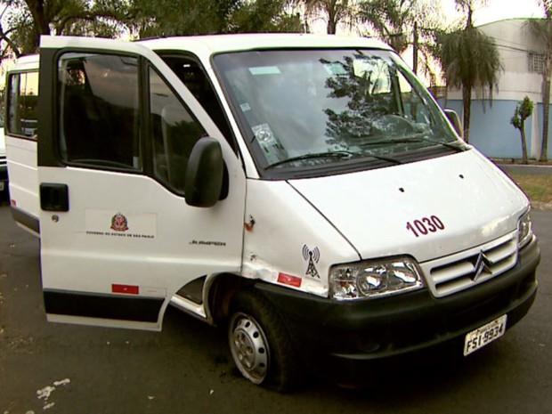 Van roubada pelos adolescentes foi abandonada em cruzamento do bairro Monte Alegre, em Ribeirão Preto, SP (Foto: Luciano Tolentino/EPTV)
