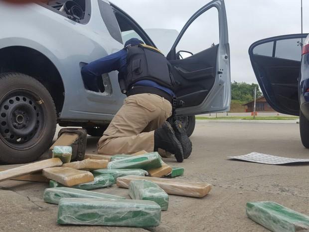 Droga estava encondida em compartimentos do veículo  (Foto: PRF/Divulgação)