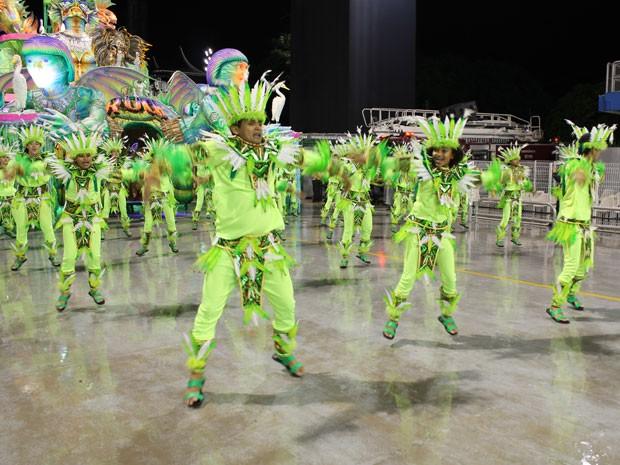 Peruche trouxe ala coreografada no primeiro setor de enredo em homenagem aos índios (Foto: Ardilhes Moreira/G1)