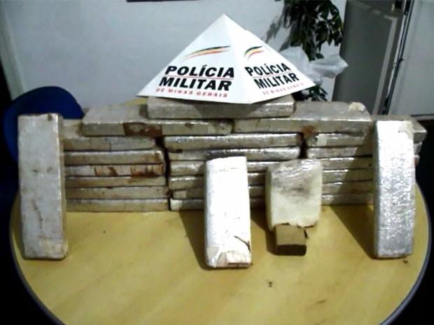 Drogas foram encontradas no quintal (Foto: Luciano Lopes/ TV F5)