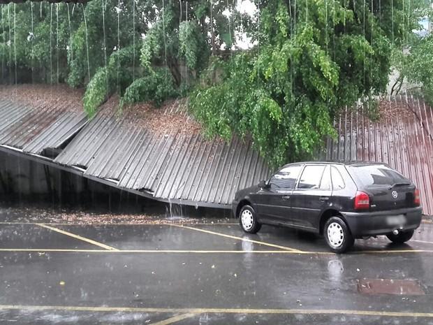 Chuva derruba toldo de mercado na região do Largo da Batata, em Pinheiros (Foto: Paula Paiva Paulo/G1)