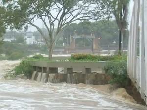 Nível do Rio Tietê sobe, invade casas e interdita pontos turísticos em Salto (Foto: Reprodução/TV TEM)