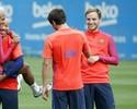 Neymar não dá bola para polêmica e brinca durante o treinamento do Barça