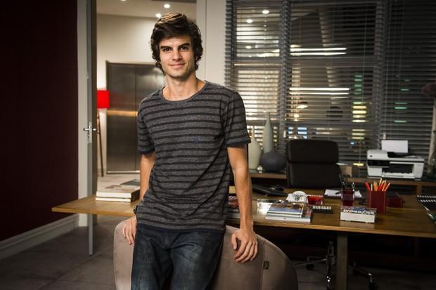 Daniel Blanco, de cabelos mais curtos, como Fabinho de Totalmente Demais (Foto:  Globo/João Miguel Júnior)
