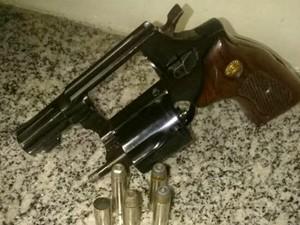 Revólver calibre 38 e munições apreendidas com suspeito (Foto: Divulgação/Polícia Militar)