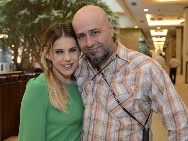 Atriz Bárbara Paz posa para a foto com o diretor-geral, Mauro Mendonça Filho, durante um intervalo nas gravações (Foto: Bob Paulino/TV Globo)