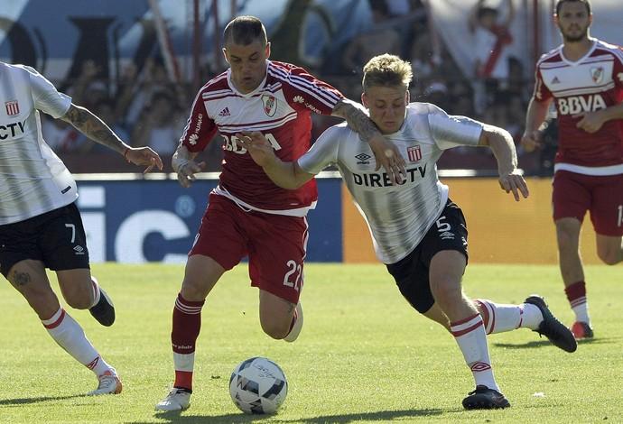 D'Alessandro e Ascacibar, River Plate x Estudiantes (Foto: ALEJANDRO PAGNI / AFP)