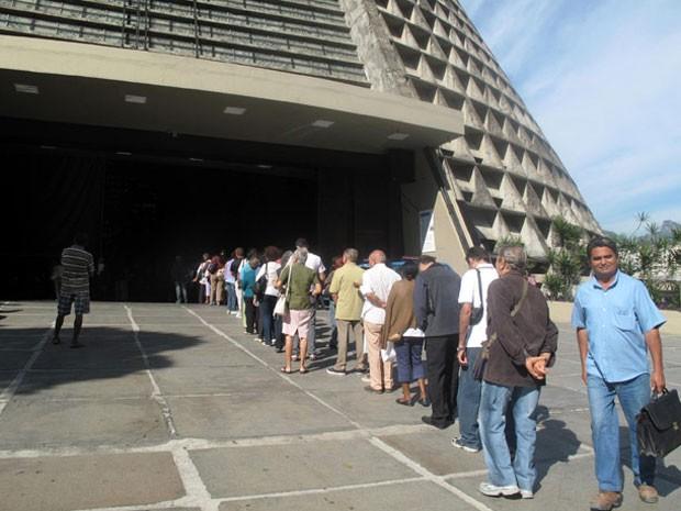 Fiéis aguardam até 30 minutos em longa fila para dar seu adeus a dom Eugenio na Catedral Metropolitana do Rio nesta quarta-feira (11) (Foto: Alba Valéria Mendonça/G1)