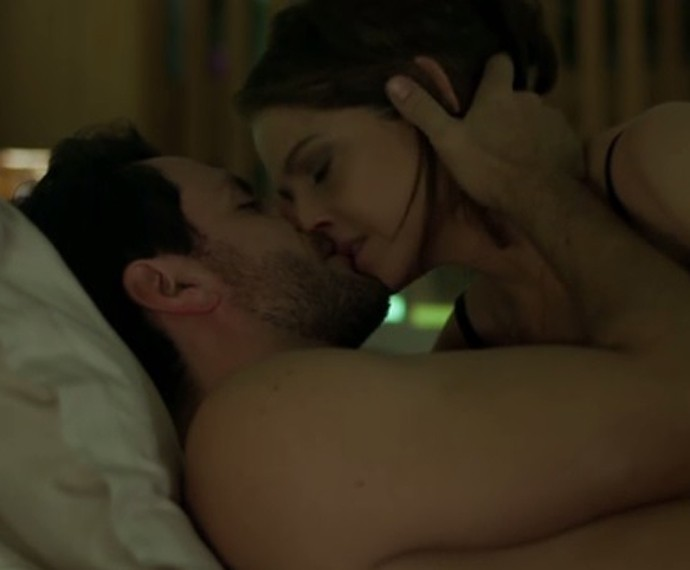 Carolina acaba cedendo aos encantos de Alex (Foto: TV Globo)