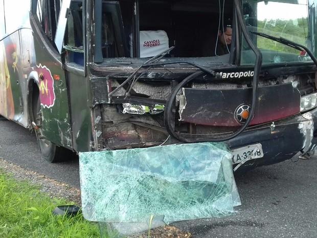 Ônibus da Banda Gaviões do Forró colidiu com veículo Hylux na Br-020, em Boa Viagem (Foto: PRF/Divulgação)