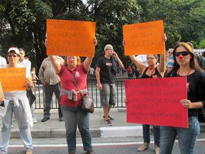 Professores levaram cartazes e apitos para a passeata (Foto: Vanessa Fajardo/ G1)