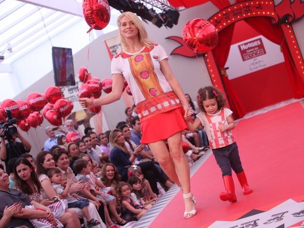 Letícia Spiller e a filha (Foto: Leo Franco /AgNews)